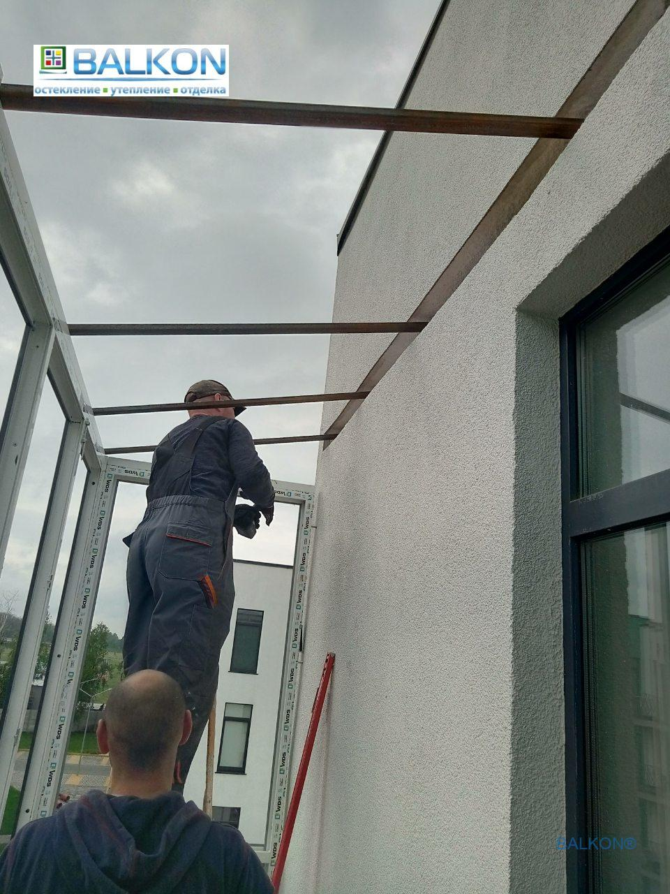 Монтаж французского балкона с крышей - фото бригады №16