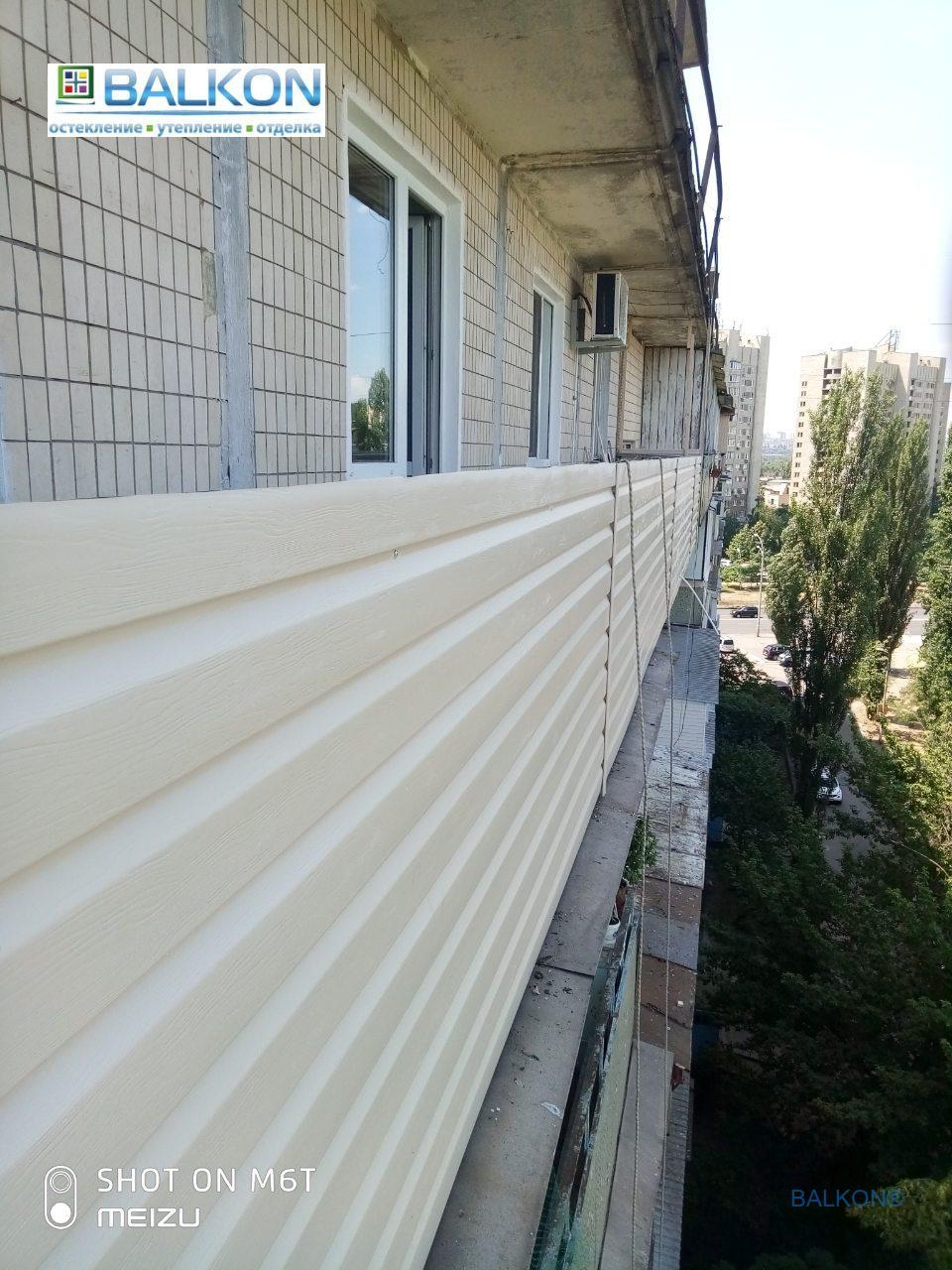 Наружная обшивка балкона сайдингом фото © Застеклить Балкон
